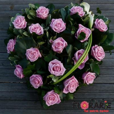 aranjament funerar din trandafiri in forma de inima